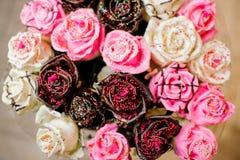 白色,桃红色和巧克力玫瑰原始的花束,装饰用糖粉末 库存照片