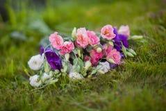 白色,玫瑰色和淡紫色花好的花束  免版税图库摄影
