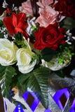 白色,红色和桃红色玫瑰花束  免版税库存图片