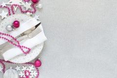 白色,银色和桃红色圣诞节表设置 免版税库存照片
