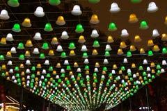 白色,黄色和绿色吊灯天花板 免版税库存照片