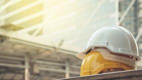 白色, workm安全项目的黄色坚硬安全帽帽子  免版税库存图片