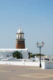 白色绘了有塔的教会在正方形 免版税库存照片