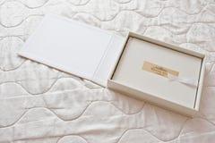 白色经典象册或photobook与金黄框架与si 免版税库存图片