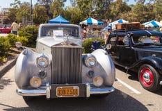 白色1949年劳斯莱斯银黎明轿车 免版税库存图片