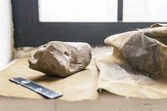 白色黏土片断雕刻的关闭的  免版税图库摄影