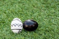 白色&黑复活节彩蛋 免版税库存照片
