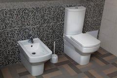 白色洗手间和净身盆 免版税库存照片