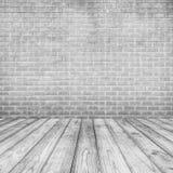白色水泥砖墙和木地板文本和背景的 免版税库存照片