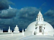 白色洗涤了利昂尼加拉瓜中央Americ屋顶顶面大教堂  免版税库存图片