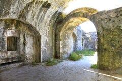 白色洗涤了在19世纪之内修造的美国堡垒砖曲拱 库存图片