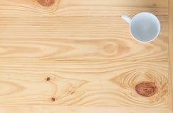 白色玻璃和木桌 免版税库存照片