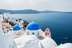 白色建筑学在Oia镇,圣托里尼海岛,希腊 库存图片