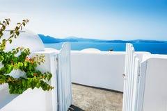 白色建筑学在Oia镇,圣托里尼海岛,希腊 免版税库存图片