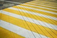 白色黄色行人穿越道斑马线 与阴影的行人交叉路 免版税图库摄影