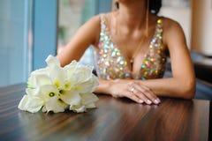 白色水芋属典雅的新娘花束  免版税库存照片