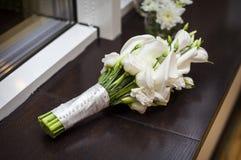 白色水芋属新娘花束  免版税库存图片