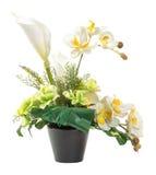 白色水芋百合和兰花花束在黑泥罐 免版税库存图片