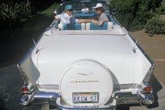 白色1957年薛佛列的肯尼Kragen和妻子在一个比佛利山车展在洛杉矶,加州 免版税库存图片