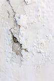 白色破裂的涂灰泥的墙壁背景或纹理 免版税库存照片