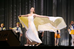 白色紧身连衣裤和透明海角的舞蹈艺术室春天胜利舞蹈年轻白肤金发的女孩舞蹈家 免版税库存图片