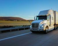 白色18轮车高速公路和山 免版税库存图片