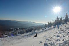 白色滑雪道的挡雪板 免版税库存图片