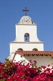 白色Adobe使命圣塔巴巴拉十字架响铃加利福尼亚 图库摄影