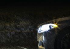 白色BMW在多雨夜 库存图片