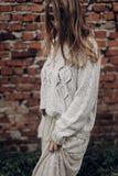 白色boho毛线衣和礼服的美丽的深色的行家妇女 库存照片