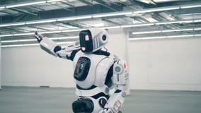 白色droid,未来派机器人跳舞 未来派有人的特点的机器人 股票视频