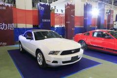 白色Ford Mustang敞篷车 免版税图库摄影