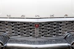 白色GAZ-13汽车一张正面图  免版税库存照片