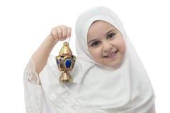 白色Hejab的女孩与赖买丹月灯笼 免版税库存图片
