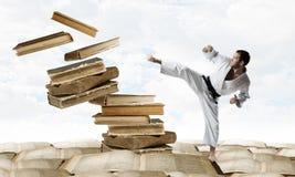 白色kimino的空手道人 免版税库存图片
