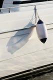 白色moto小船防御者,保护的游艇的边设备 库存图片