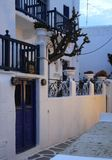 白色Mykonian村庄在晚上 库存图片