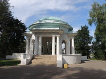 白色rotonda在公园夏日 免版税库存图片