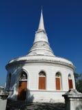 白色stupa在Sichang海岛 免版税库存照片