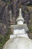 白色Stupa神圣的山亚当` s峰顶在斯里兰卡 库存照片