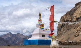 白色stupa,佛教,祈祷的旗子,斯皮迪谷 免版税图库摄影