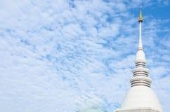 白色Stupa Chedi是一佛教stupa的一个供选择的期限 库存图片