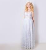 白色sundress薄绢和卷毛的美丽的可爱的柔和的典雅的年轻白肤金发的妇女和花花圈在她的头发的 免版税库存照片