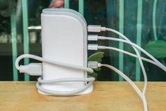白色USB充电插孔过度使用在家 库存图片