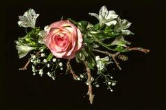从白花、桃红色玫瑰和干燥枝杈的花束 库存图片