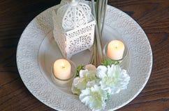 白花和蜡烛从上面 库存图片