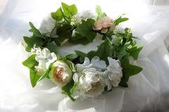 白花和绿色花圈在白色背景离开 免版税库存图片