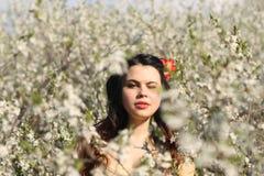 白花的女孩 免版税库存图片