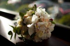 白花美丽的婚礼花束  免版税库存图片