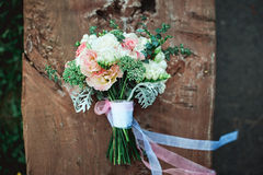 白花豪华新娘花束在一个木板的 库存图片